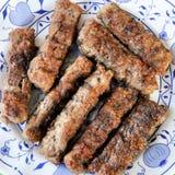 Talerz z domowej roboty piec na grillu cevapcici Balkan kuchnią zdjęcie stock