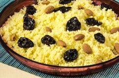 Talerz z gotującym couscous z migdałem i przycina Fotografia Royalty Free