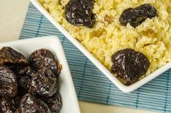 Talerz z gotującym couscous z przycina Zdjęcia Royalty Free