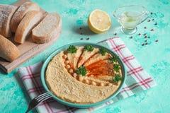 Talerz z hummus na błękitnym stole obraz stock