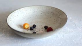 Talerz z jagodami i owoc na kuchennym stole, zdrowym śniadaniu i diety jedzeniu, zbiory
