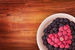 Talerz z jagodami na drewnianym stole Obrazy Royalty Free