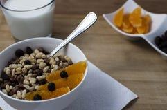 Talerz z kukurydzanymi płatkami i owoc Fotografia Stock