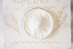 Talerz z mąką na floured stole Pociągany ręcznie obrazek ucho Zdjęcie Stock