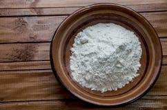 Talerz z mąką na stole zdjęcie royalty free