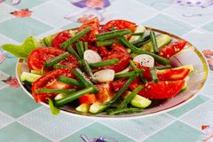Talerz z mieszanki warzywa sałatką Zdjęcia Royalty Free