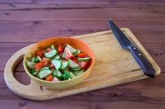 Talerz z pokrojonymi warzywami Sałatka od pomidoru i ogórka Zdjęcie Royalty Free