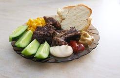 Talerz z różnorodność jedzeniem na stole Zdjęcie Stock