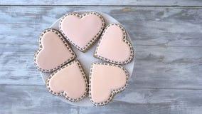 Talerz z serc kształtnymi ciastkami zbiory wideo