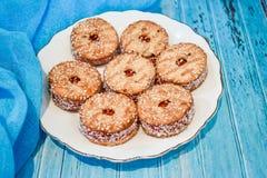 Talerz z shortbread ciastkiem i filiżanką czarna herbata z kawałkami cukier na błękitnym drewnianym tle Zdjęcia Royalty Free