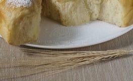 Talerz z tortowymi i pszenicznymi ucho Obraz Royalty Free