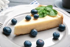 Talerz z wyśmienicie jagodami i cheesecake zdjęcia royalty free