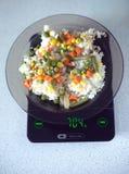Talerz z wzrostem i warzywami na kuchni waży zbliżenie Fotografia Royalty Free
