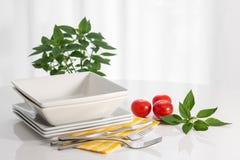 Talerze i kuchni naczynia na białym stole obraz stock