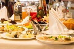 Talerze jedzą i zakąski na bufeta stole Obraz Stock