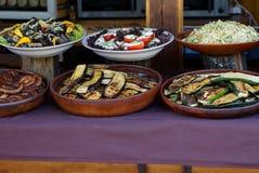 Talerze z smażyć warzyw, kiełbasianych i świeżych sałatkami na stole, obraz royalty free