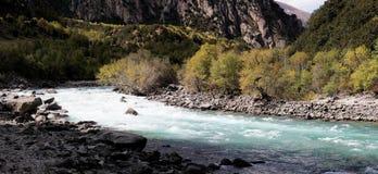 Talfluß in Tibet Stockfotos