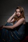 40-talglamourkvinna som poserar på soffan Royaltyfria Bilder