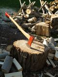 Talhador com bloco e madeira de desbastamento Imagem de Stock Royalty Free