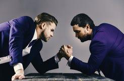 Talia portret dwa gniewnego biznesmena w kostiumach fotografia stock