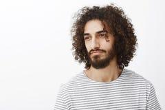Talia portret przystojny męski marzycielski męski projektant z kędzierzawym ostrzyżeniem i elegancką pasiastą koszulką, patrzeje Fotografia Royalty Free