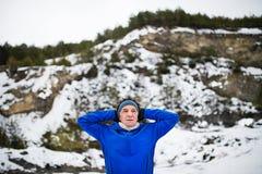 Talia portret starszego mężczyzna rozciąganie przed bieg w zimy naturze zdjęcia royalty free