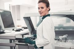 Talia up zadowolony lab pracownik używa komputer zdjęcia stock