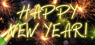 Talismán afortunado del encanto con el confeti, corcho, botella del champán Feliz Año Nuevo Noche Vieja imagen de archivo