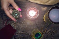 Talisman de roue de zodiaque Amulette d'horoscope astrologie photographie stock libre de droits