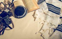 Talit, Kippah, Tefillin e Siddur, objetos rituais judaicos imagens de stock