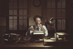 50-taljournalist i hans kontor sent på natten Arkivfoto