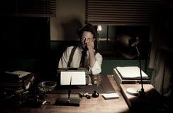 50-taljournalist som sent arbetar på natten Arkivfoton