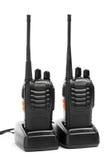 Talkie - walkie de radios portatives sur des stations de charge Photo stock