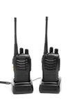 Talkie - walkie de radios portatives sur des stations de charge, d'isolement sur le blanc Photographie stock