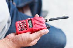 Talkie-walkie tenu dans la main pour extérieur Image stock