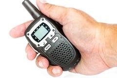 Talkie-walkie tenu dans la main sur le fond blanc Photographie stock