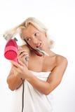 Talkig de la mujer por el teléfono después del baño Imágenes de archivo libres de regalías