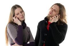 Talkin del hombre joven y de la mujer Foto de archivo libre de regalías