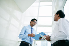 Talking coworkers Royalty Free Stock Images