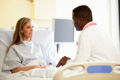 Talking To Female Patient医生在医房 库存照片