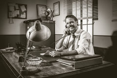 50-talkontor: direktör som arbetar på telefonen Arkivbild