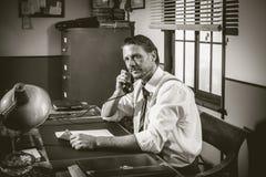 50-talkontor: direktör som arbetar på telefonen Royaltyfri Fotografi