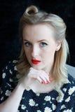 40-talkvinna som förestående vilar hakan Arkivfoton