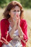 50-talkvinna som nyser för rhinitis, allergier eller hösnuva Arkivbilder