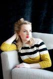 40-talkvinna som vilar på en soffa Royaltyfria Foton