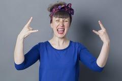 30-talkvinnan som ropar med hårt, vaggar handgest Royaltyfria Foton
