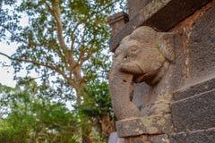 Talla antigua de la piedra de un elefante que se arruina durante el tiempo imagen de archivo libre de regalías