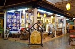 Talla de cuero del arte del Khmer, mercado de la noche en Camboya Imágenes de archivo libres de regalías