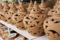 Talla de la arcilla, cerámica tradicional tailandesa de la arcilla, foco selectivo, azul Imagenes de archivo