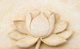 Talla de la arcilla de la flor de loto en la pared imagenes de archivo